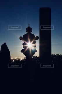 灯籠の隙間から太陽の写真・画像素材[4019439]
