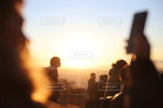 自撮りの隙間から初日の出の写真・画像素材[4019441]