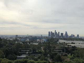 背景に都市がある大きな水域の写真・画像素材[4058609]