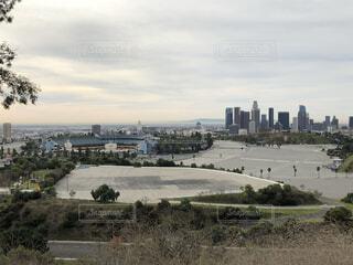 背景に都市がある水域の写真・画像素材[4058612]