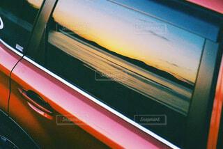 車窓に映る瀬戸内の夕景の写真・画像素材[4026595]