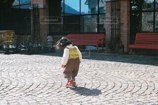 ベンチに座っている小さな女の子の写真・画像素材[4242088]