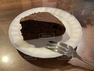 皿の上のガトーショコラの写真・画像素材[4057876]