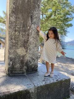 石碑に立つ少女の写真・画像素材[4073251]