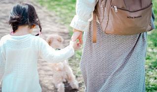 手を繋ぐ母と娘の写真・画像素材[4015121]