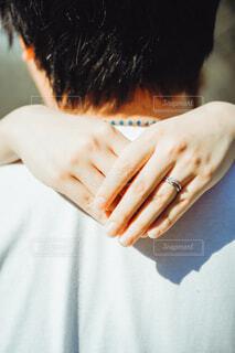 男性に抱きつく女性の手の写真・画像素材[4015173]