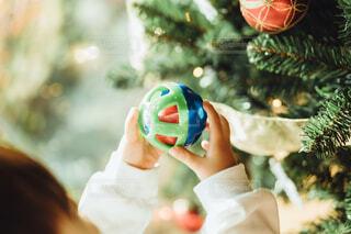 クリスマスツリーの飾り付けをする子供の手の写真・画像素材[4018213]