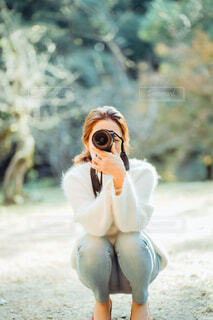 写真を撮る女性の正面の写真・画像素材[4018458]