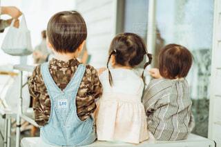 3人の子供の後ろ姿の写真・画像素材[4018461]