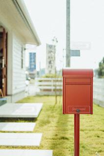 おしゃれなマイホームの赤いポストの写真・画像素材[4018463]