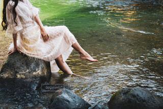川に足をいれるワンピースの女性の写真・画像素材[4018507]