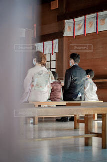 神社でお祈願をする家族の写真・画像素材[4018513]