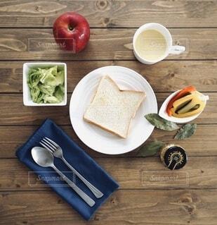 木製のテーブルに並べられた食事の写真・画像素材[4018521]