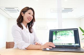 ノートパソコンを使う女性の写真・画像素材[4018526]