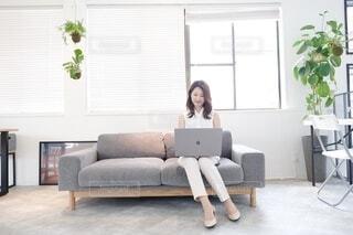 パソコン作業をする女性の写真・画像素材[4018528]