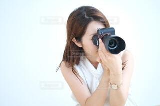 カメラを持ってファインダーをのぞく女性の写真・画像素材[4018529]