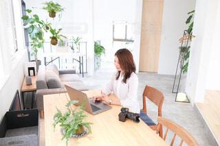 オフィスでパソコン作業をする女性の写真・画像素材[4018532]