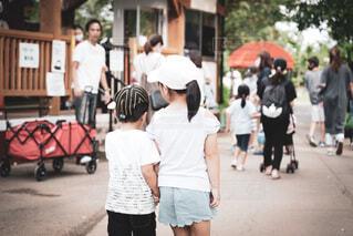 並んで歩く兄弟の後ろ姿の写真・画像素材[4018534]