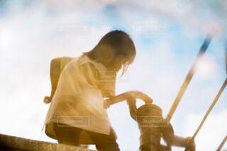 水面にうつる少女の写真・画像素材[4018647]