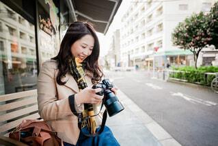 カメラを見る笑顔の女性の写真・画像素材[4018659]