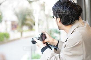 写真を撮る男性の写真・画像素材[4018660]