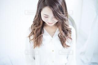 白いシャツを着た微笑む女性の写真・画像素材[4018662]