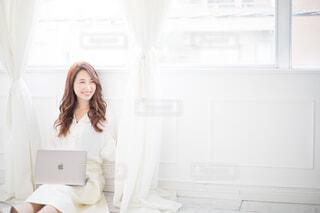 ノートパソコンを開く笑顔の女性の写真・画像素材[4018665]
