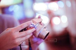 カメラを持つ女性の手元の写真・画像素材[4018671]