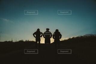 夕暮れ時に立っている男性3人の写真・画像素材[4155029]