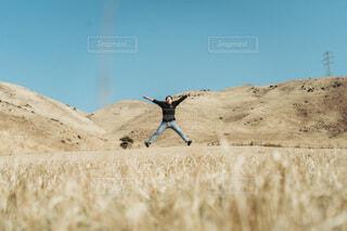 ジャンプする男性の写真・画像素材[4155040]