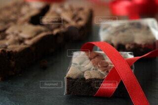 ラッピング中のチョコチップブラウニーの写真・画像素材[4022848]