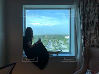 窓際の女性の写真・画像素材[4017873]