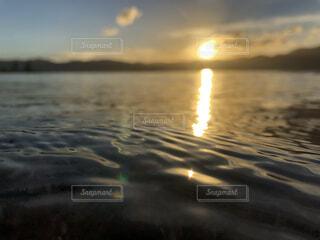 湖に沈む陽の写真・画像素材[4116977]