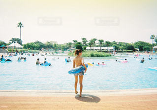 プールサイドの浮き輪と女性の写真・画像素材[739781]