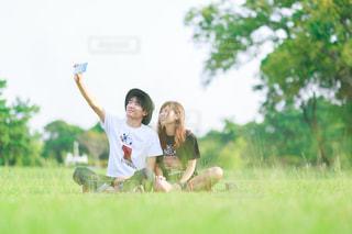 緑の草原の人の写真・画像素材[1077762]