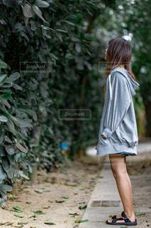 歩道を歩いている女の子の写真・画像素材[2839482]