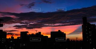 夕暮れ時の都市の眺めの写真・画像素材[2868305]