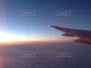 飛行機から見える夕陽の写真・画像素材[4045577]