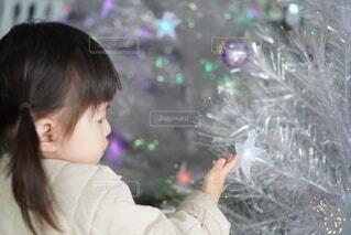 クリスマスツリーを触る女の子の写真・画像素材[4045584]
