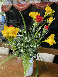 嫁さんへの誕生日プレゼントの花束の写真・画像素材[4133324]