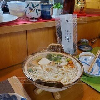 テーブルの上に食べ物を1杯入れるの写真・画像素材[4019155]