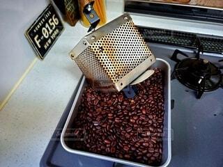 焙煎後の珈琲豆と焙煎機の写真・画像素材[4025718]