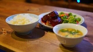 ハンバーグと玉子スープの晩御飯の写真・画像素材[4029704]