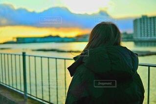 夕日と女性の写真・画像素材[4142415]