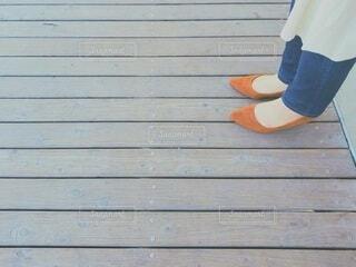 女性の足元の写真・画像素材[4328117]