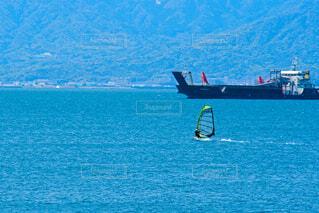 ウインドサーフィンと停泊船の写真・画像素材[4330285]