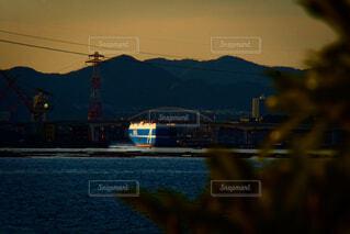 夕日に照らされる自動車運搬船の写真・画像素材[4330316]