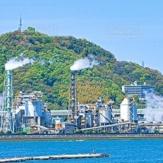 工場地帯と黄金山の写真・画像素材[4340312]