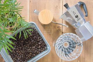 珈琲豆と珈琲道具の写真・画像素材[4343042]