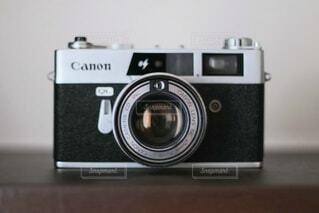 棚の上のフィルムカメラの写真・画像素材[4771244]